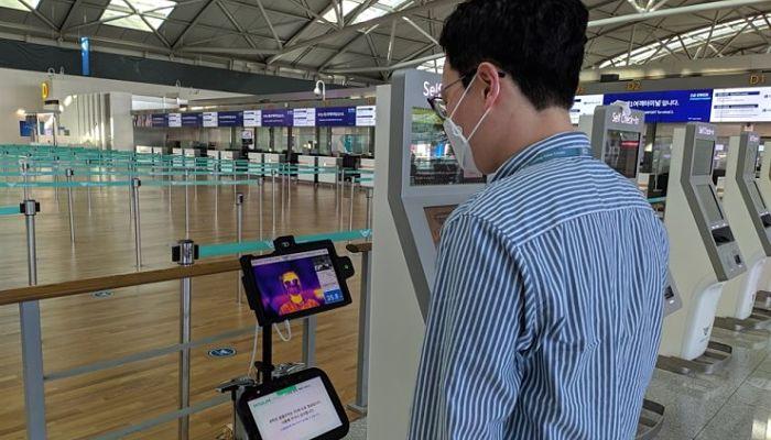 ROBOTS TOMAN LA TEMPERATURA A LOS VIAJEROS EN SEÚL
